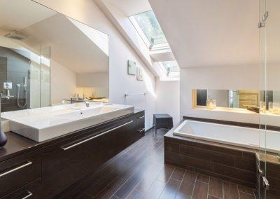 Gäste- und Hauptbad überzeugenmit handgefertigtem InterieurProjekt 090204